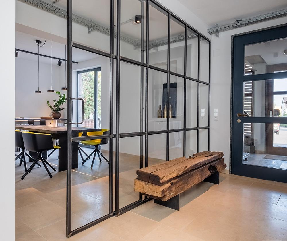 Designer Trennwand aus Glas-Stahl, Massivholz, Bank aus Altholzbalken, Zwinz