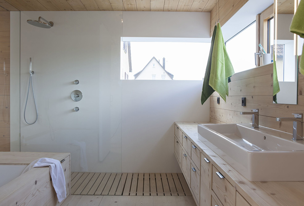 Designtes Bad mit Massivholz, Fichte, Tanne, Waschtischplatte, Zwinz
