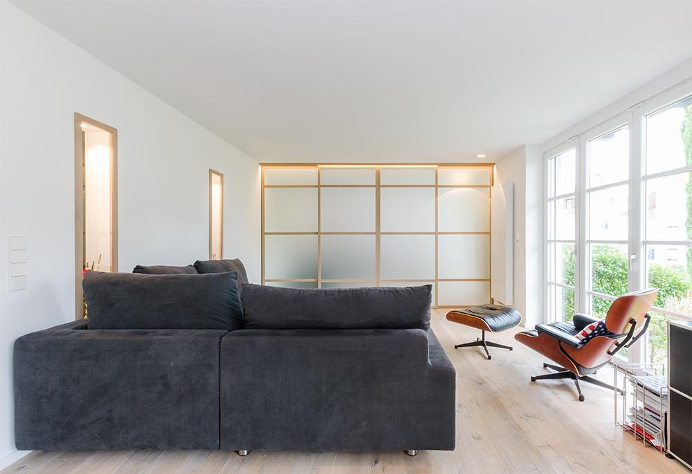 Helles Wohnzimmer mit Regal, Trennwnd, Schiebetür, asiatischer Look, Zwinz