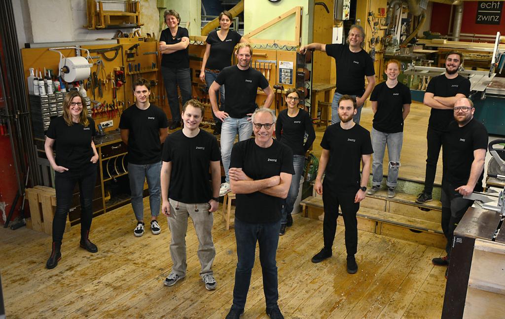 Teamfoto der Mitarbeiter in der Schreinerei