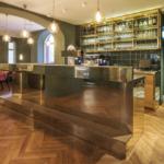 Gastronomie Interior Design mit Messing-Theke und Eiche