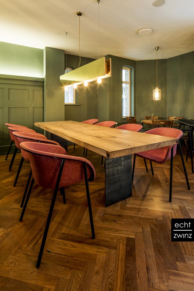 Gastronomie Innenarchitektur Tisch und Lampe aus Eiche, Messing und Stahl
