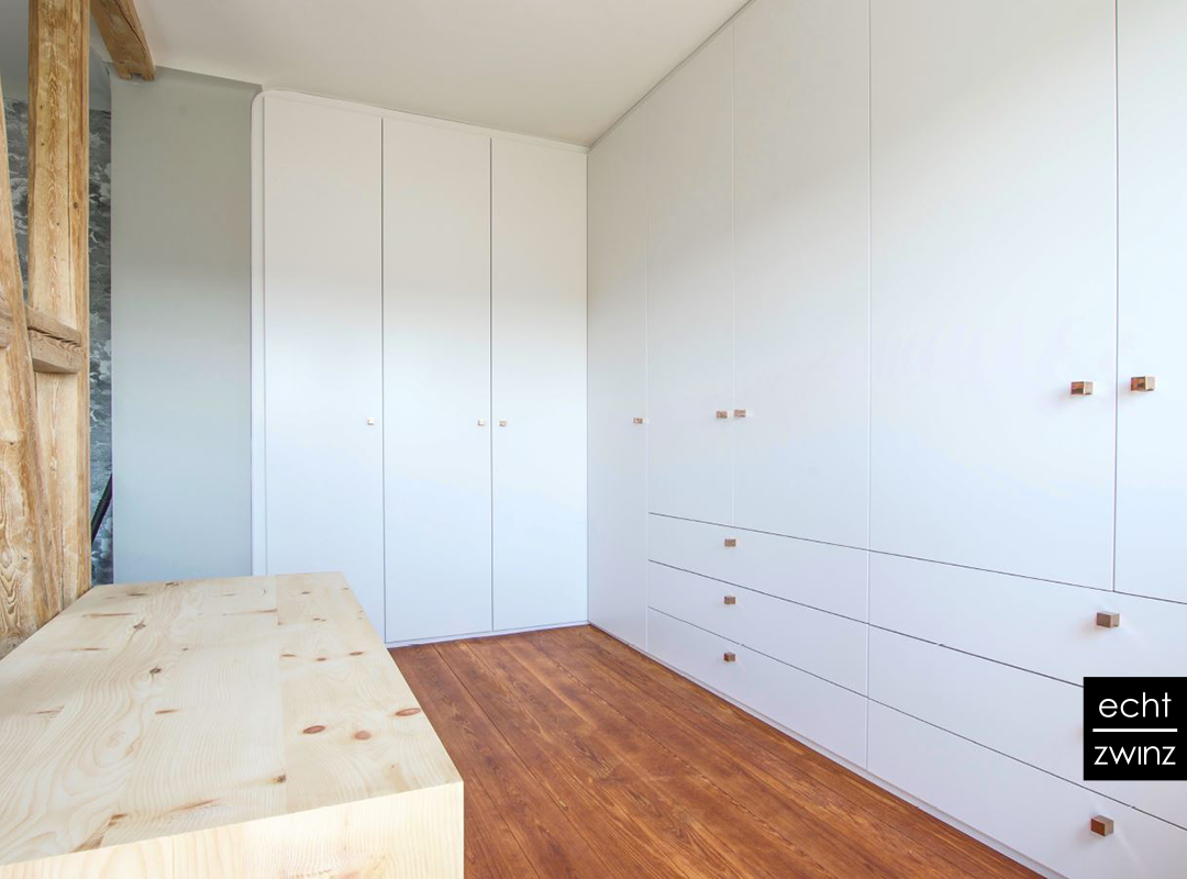 Altbausanierung – Dachschräge wird zum offenen Ankleidezimmer
