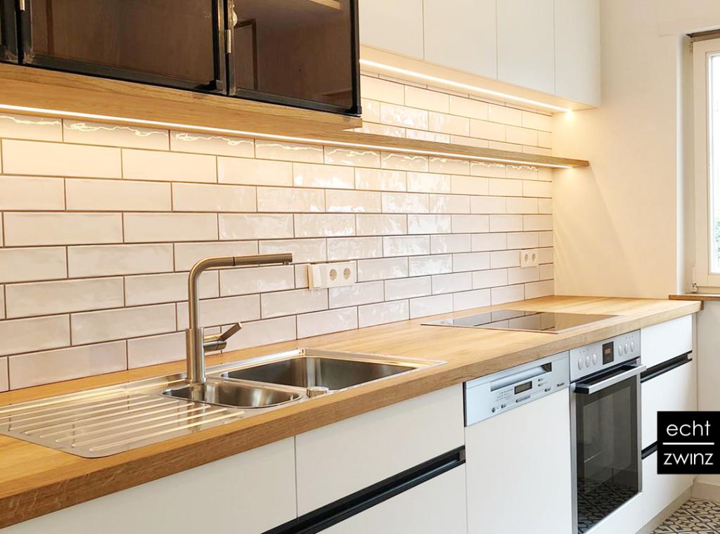 Stilvolle Einbauküche mit Fliesen und Eichenplatte