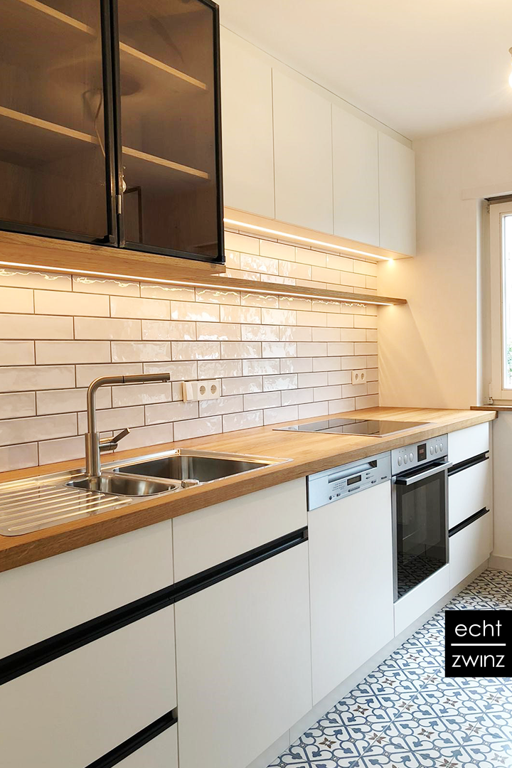 Einbauküche: indirektes Licht durch eingelassene LED-Schienen