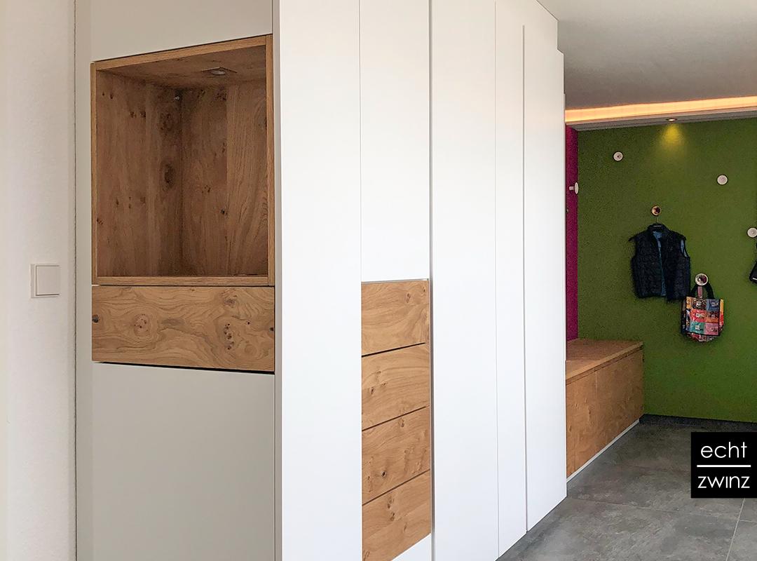 Der geschlossene Garderobenschrank im Eingangsbereich bietet viel Stauraum für Schuhe, Mäntel, Jacken und Co