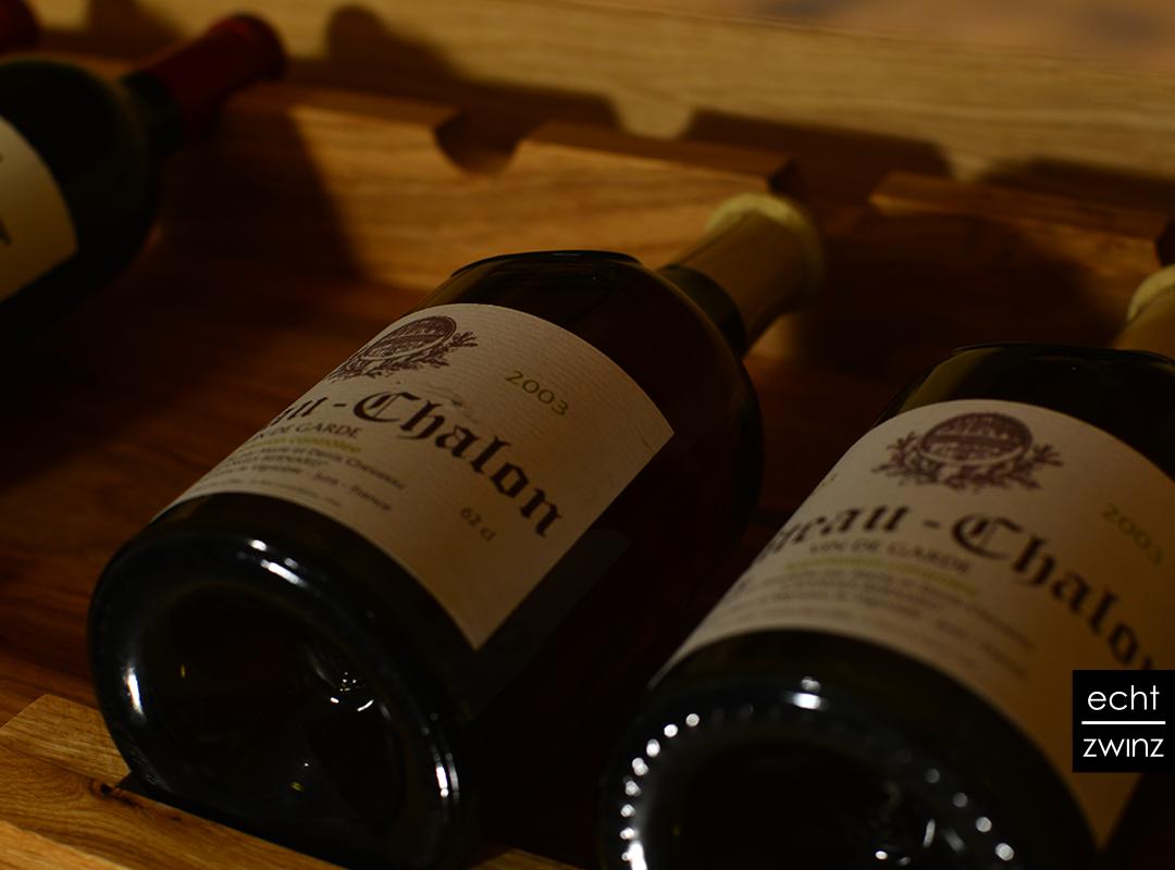 Die Weinflaschenauszüge aus Eiche im Weinkellerkonzept