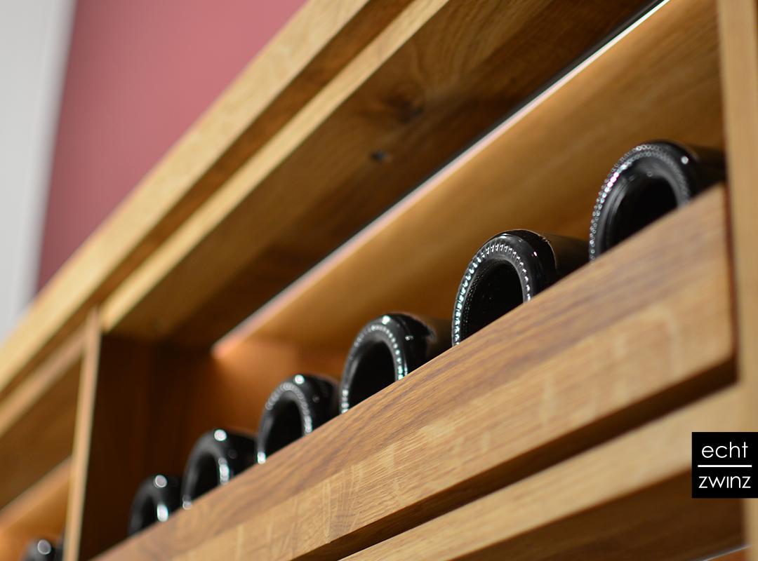 Weinflaschenauszüge aus Eiche mit indirekter LED-Beleuchtung