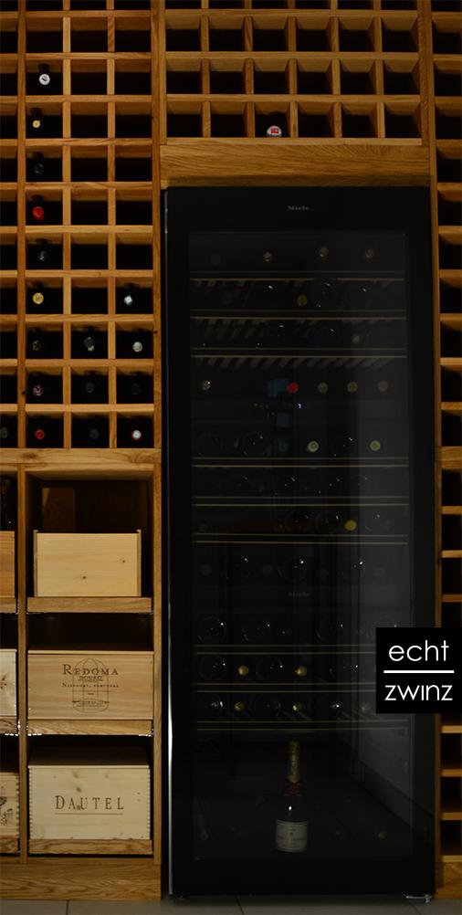 Der Weinklimaschrank oder Weinkühlschrank wurde stilvoll in das Eichenregal integriert