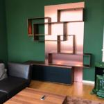 Wohnzimmerregalwand aus Nussbaum mit Fenix-Metall-Rückwand